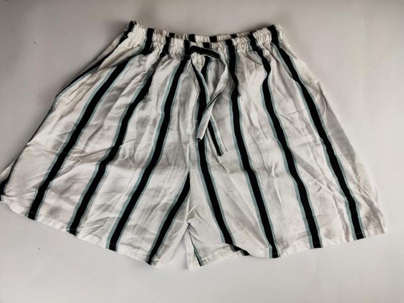 Celana Pendek Wanita Motif Garis